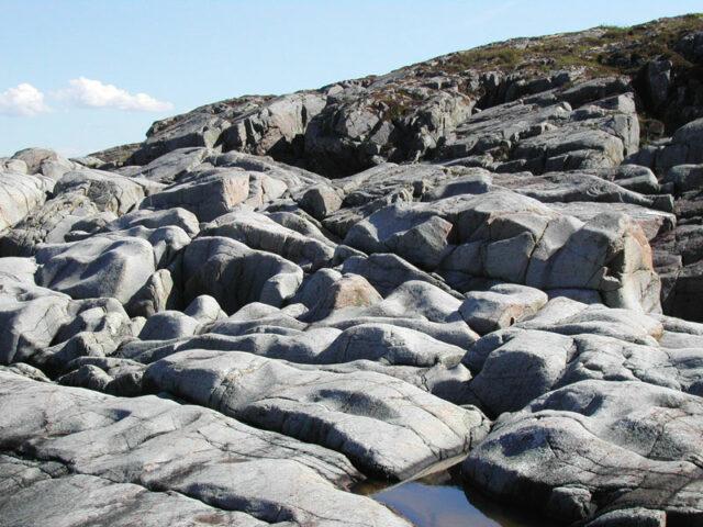 Morski talasi i erodirana priobalna stijena.
