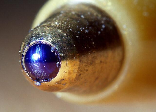 Pogled izbliza na vrh hemijske olovke.