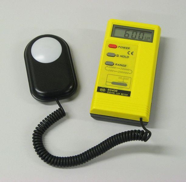 Luksmetar - Uređaj kojim se meri osvetljenost prostorija.